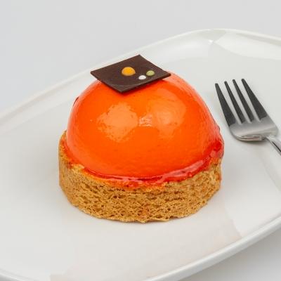 sinaasappel bavarois bol met een sloffendeegbodem met chocoladedecoratie