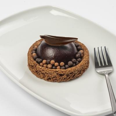 chocolade bavarois met een kern van crème brûlée met een brosse chocolade bodem