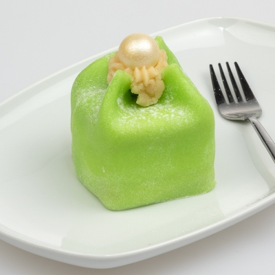 kasteeltje van groene marsepein met zachte crème en een laagje rood fruit met parel