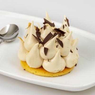 ijsdessert hazelnoten met luchtige biscuitbodem