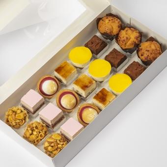 high tea box: Notentaartje zeezout, kastanje framboos, meringe framboos, peer brownie, lemon cheescake, brownie, muffin appel kaneel